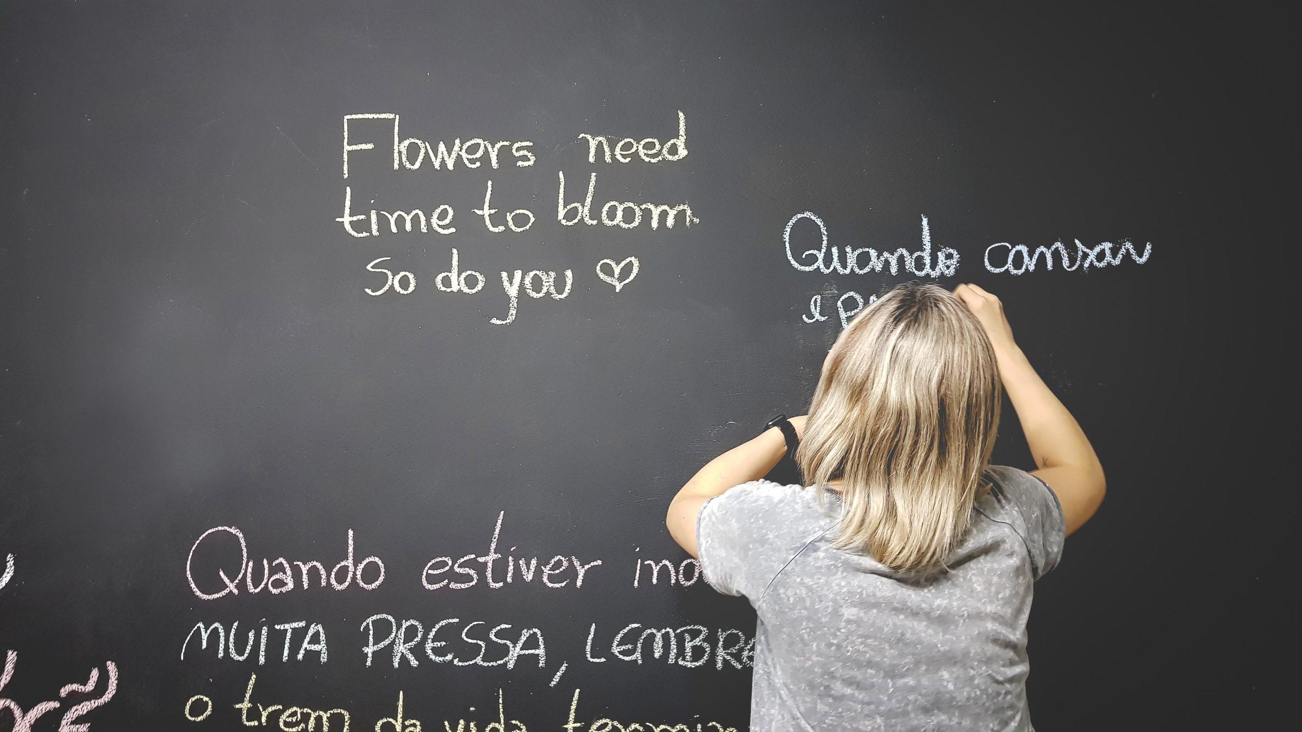 黒板に文字を書く子ども